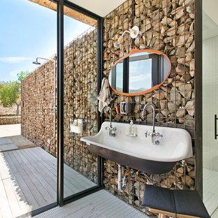 Foto de cuarto de baño campestre con ducha empotrada, baldosas y/o azulejos blancos, baldosas y/o azulejos en mosaico, suelo con mosaicos de baldosas, lavabo de seno grande, suelo blanco y ducha con puerta con bisagras