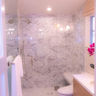 Foto di una piccola stanza da bagno con doccia minimalista con ante lisce, ante in legno chiaro, doccia alcova, WC monopezzo, pavimento in marmo, lavabo sottopiano, top in quarzite, pavimento grigio, porta doccia a battente e top bianco
