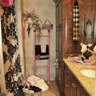 Diseño de cuarto de baño infantil, romántico, pequeño, con lavabo bajoencimera, armarios con paneles con relieve, puertas de armario de madera en tonos medios, encimera de granito, combinación de ducha y bañera, baldosas y/o azulejos beige, baldosas y/o azulejos de cerámica, paredes beige y suelo de baldosas de cerámica