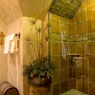 Großes Uriges Duschbad mit profilierten Schrankfronten, hellbraunen Holzschränken, Duschnische, Toilette mit Aufsatzspülkasten, farbigen Fliesen, Terrakottafliesen, beiger Wandfarbe, Terrakottaboden, Unterbauwaschbecken, Marmor-Waschbecken/Waschtisch, buntem Boden und Falttür-Duschabtrennung in Dallas