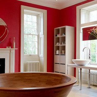 Foto di un'ampia stanza da bagno padronale country con consolle stile comò, ante bianche, vasca freestanding, doccia aperta, WC monopezzo, pareti rosse, lavabo a consolle e top in granito
