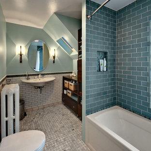 Idee per una piccola stanza da bagno contemporanea con piastrelle diamantate, lavabo sospeso, nessun'anta, ante in legno bruno e WC sospeso