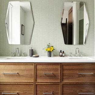 Idéer för ett mellanstort modernt vit en-suite badrum, med skåp i shakerstil, bruna skåp, grön kakel, keramikplattor, vita väggar, cementgolv, ett undermonterad handfat, bänkskiva i kvarts och grått golv