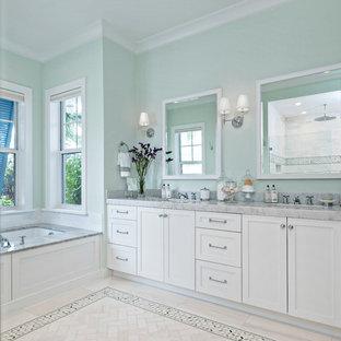 Diseño de cuarto de baño principal, tradicional renovado, grande, con armarios estilo shaker, puertas de armario blancas, bañera encastrada sin remate, paredes verdes, suelo de mármol, encimera de mármol y suelo amarillo