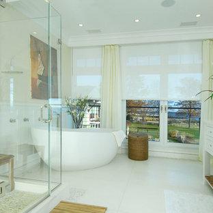 Foto de cuarto de baño bohemio con lavabo bajoencimera, armarios tipo mueble, puertas de armario blancas, bañera exenta, ducha esquinera y baldosas y/o azulejos blancos