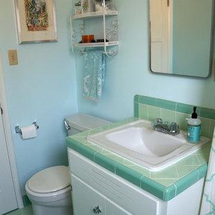 Ispirazione per una stanza da bagno american style con pareti blu, pavimento in gres porcellanato, lavabo da incasso e pavimento verde