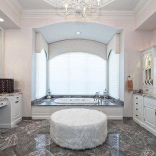 Удачное сочетание для дизайна помещения: главная ванная комната в средиземноморском стиле с фасадами с выступающей филенкой, белыми фасадами, накладной ванной, бежевыми стенами, врезной раковиной, серым полом и разноцветной столешницей - самое интересное для вас