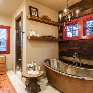 Inspiration för ett rustikt en-suite badrum, med ett badkar med tassar, bruna väggar, mellanmörkt trägolv och dusch med gångjärnsdörr
