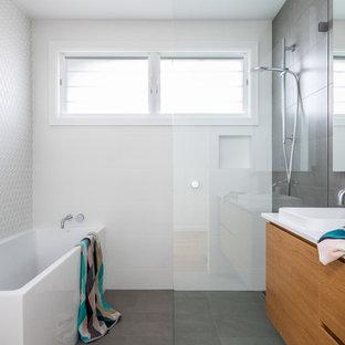 Badezimmer mit Eckbadewanne und Nasszelle Ideen, Design ...