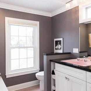 Foto di una stanza da bagno minimalista con ante in stile shaker, ante bianche, piastrelle rosa, pareti grigie, pavimento con piastrelle in ceramica e top in granito