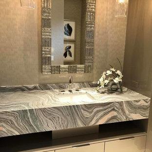 Imagen de cuarto de baño contemporáneo con paredes beige, suelo de baldosas de cerámica, encimera de ónix y encimeras multicolor
