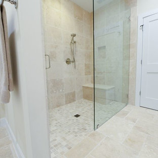 Foto de cuarto de baño principal, marinero, pequeño, con armarios con paneles lisos, puertas de armario blancas, ducha abierta, baldosas y/o azulejos beige, baldosas y/o azulejos de terracota, paredes beige, suelo de baldosas de cerámica, lavabo encastrado y encimera de granito