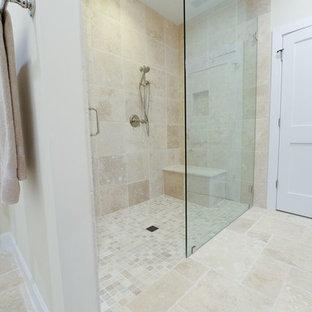 Réalisation d'une petit salle de bain principale marine avec un placard à porte plane, des portes de placard blanches, une douche ouverte, un carrelage beige, des carreaux en terre cuite, un mur beige, un sol en carrelage de céramique, un lavabo posé et un plan de toilette en granite.