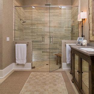 Foto di una stanza da bagno padronale stile marinaro di medie dimensioni con lavabo sottopiano, consolle stile comò, ante in legno bruno, top in superficie solida, doccia a filo pavimento, WC monopezzo, piastrelle beige, piastrelle in gres porcellanato, pareti beige e pavimento in travertino