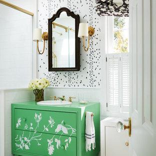 Idee per una stanza da bagno country con WC monopezzo, pavimento con piastrelle in ceramica, doccia aperta, consolle stile comò, ante verdi, doccia alcova, piastrelle bianche, piastrelle diamantate, pareti bianche, lavabo da incasso e pavimento multicolore