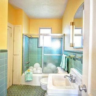Salle de bain avec un carrelage bleu et un mur jaune : Photos et ...