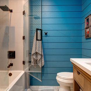 Foto på ett mellanstort vintage vit badrum med dusch, med bänkskiva i kvartsit, en dusch/badkar-kombination, keramikplattor, blå väggar, ett undermonterad handfat, skåp i mellenmörkt trä, flerfärgad kakel, släta luckor, ett badkar i en alkov, en toalettstol med separat cisternkåpa, klinkergolv i porslin, grått golv och dusch med gångjärnsdörr