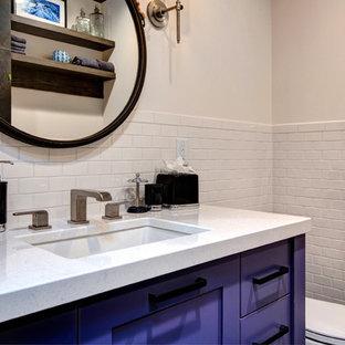 Ejemplo de cuarto de baño rural, de tamaño medio, con encimera de cuarcita, baldosas y/o azulejos blancos, paredes blancas, armarios estilo shaker, puertas de armario violetas, sanitario de dos piezas, baldosas y/o azulejos de cemento y lavabo bajoencimera