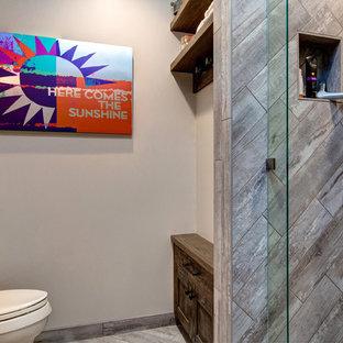 ソルトレイクシティのラスティックスタイルのおしゃれな浴室 (フラットパネル扉のキャビネット、オレンジのキャビネット、珪岩の洗面台、アルコーブ型シャワー、セラミックタイル、セラミックタイルの床) の写真