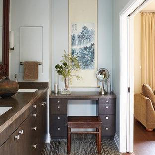 Diseño de cuarto de baño con ducha, de estilo zen, de tamaño medio, con armarios con paneles lisos, puertas de armario de madera en tonos medios, paredes azules, lavabo bajoencimera, suelo de baldosas de porcelana, encimera de cuarzo compacto y suelo marrón