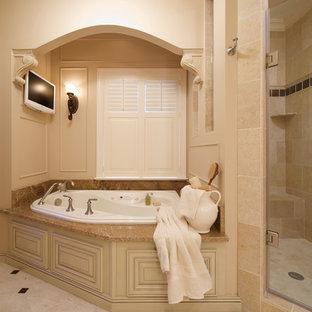 Imagen de cuarto de baño tradicional con bañera esquinera