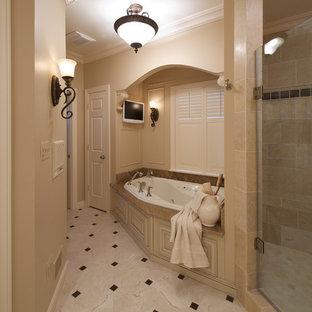 Ejemplo de cuarto de baño clásico con ducha esquinera