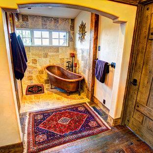 Foto di una grande stanza da bagno padronale stile rurale con vasca freestanding, doccia a filo pavimento, piastrelle multicolore, piastrelle in pietra, pareti bianche e pavimento in travertino