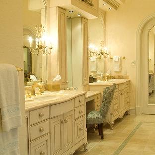 Esempio di una stanza da bagno padronale classica con consolle stile comò, ante bianche e top in onice