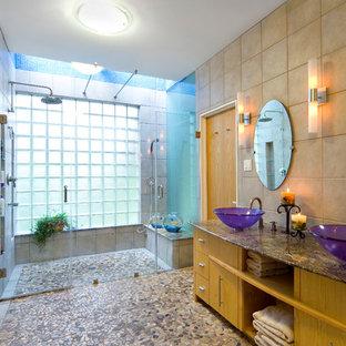 Modelo de cuarto de baño moderno con lavabo sobreencimera, armarios con paneles lisos, ducha a ras de suelo, baldosas y/o azulejos beige, suelo de baldosas tipo guijarro, suelo de baldosas tipo guijarro, puertas de armario blancas y suelo multicolor