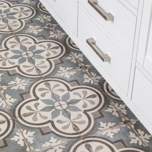 Idéer för mellanstora funkis grått en-suite badrum, med luckor med profilerade fronter, vita skåp, vita väggar, klinkergolv i porslin, marmorbänkskiva och blått golv