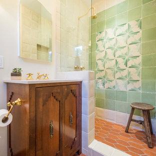 Свежая идея для дизайна: ванная комната в стиле фьюжн с фасадами островного типа, фасадами цвета дерева среднего тона, душем в нише, зеленой плиткой, белыми стенами, полом из терракотовой плитки, душевой кабиной, красным полом, открытым душем и белой столешницей - отличное фото интерьера