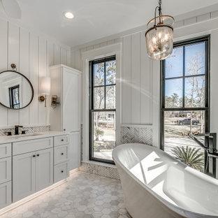 Idéer för att renovera ett vintage vit vitt en-suite badrum, med skåp i shakerstil, vita skåp, ett fristående badkar, marmorkakel, vita väggar, marmorgolv, ett undermonterad handfat och grått golv