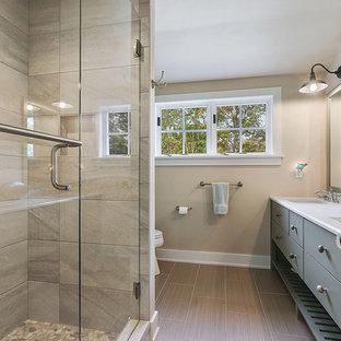 На фото: с высоким бюджетом ванные комнаты среднего размера в морском стиле с плоскими фасадами, серыми фасадами, душем в нише, раздельным унитазом, бежевой плиткой, керамогранитной плиткой, бежевыми стенами, полом из линолеума, душевой кабиной, врезной раковиной, мраморной столешницей, коричневым полом и душем с распашными дверями