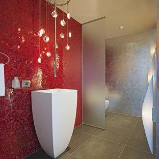 Modernes Badezimmer mit Sockelwaschbecken, Mosaikfliesen, roten Fliesen und roter Wandfarbe in Denver