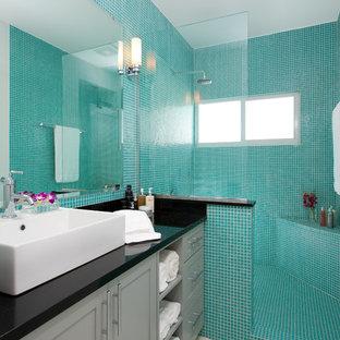 Ispirazione per una stanza da bagno padronale minimal di medie dimensioni con ante in stile shaker, ante grigie, doccia aperta, WC a due pezzi, piastrelle blu, piastrelle a mosaico, pareti blu, pavimento in legno verniciato, lavabo a bacinella e top in superficie solida