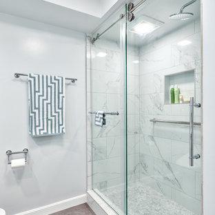 Idee per una stanza da bagno padronale contemporanea di medie dimensioni con ante lisce, ante bianche, bidè, piastrelle blu, piastrelle di vetro, pareti bianche, pavimento in vinile, lavabo sottopiano, top in quarzite, pavimento beige e top bianco
