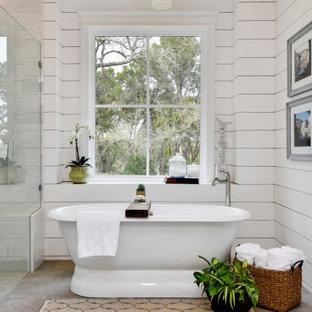 Ejemplo de cuarto de baño principal, abovedado y machihembrado, rústico, machihembrado, con bañera exenta, paredes blancas, suelo gris y machihembrado