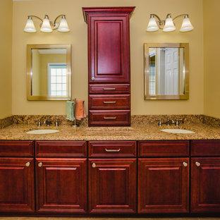 Idee per una grande stanza da bagno padronale design con ante con bugna sagomata, ante rosse, doccia ad angolo, pareti gialle, pavimento in travertino, lavabo sottopiano e top in granito