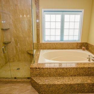 Idee per una grande stanza da bagno padronale minimal con ante con bugna sagomata, ante rosse, doccia ad angolo, pareti gialle, pavimento in travertino, lavabo sottopiano e top in granito