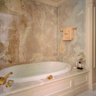 Idee per una grande stanza da bagno padronale chic con ante con riquadro incassato, ante beige, vasca da incasso, piastrelle multicolore, lastra di pietra, pareti beige e pavimento in marmo