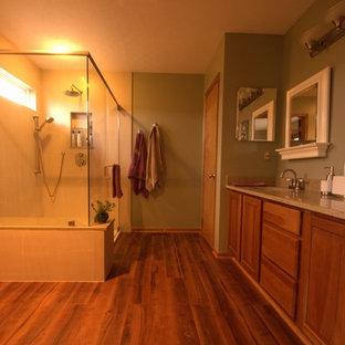 Ejemplo de cuarto de baño principal, rural, de tamaño medio, con lavabo bajoencimera, encimera de cuarzo compacto, baldosas y/o azulejos beige, baldosas y/o azulejos de porcelana, paredes verdes y suelo de linóleo