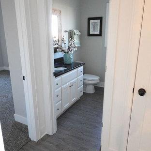 На фото: со средним бюджетом большие ванные комнаты в стиле современная классика с фасадами с выступающей филенкой, белыми фасадами, серыми стенами, деревянным полом, душевой кабиной, врезной раковиной и столешницей из гранита