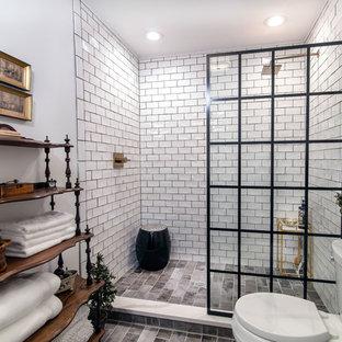 Bild på ett mellanstort vintage en-suite badrum, med vit kakel, tunnelbanekakel, vita väggar, klinkergolv i keramik, grått golv, med dusch som är öppen, en dusch i en alkov och en toalettstol med separat cisternkåpa