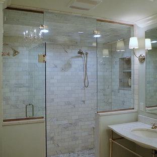 Mittelgroßes Klassisches Badezimmer En Suite mit profilierten Schrankfronten, hellbraunen Holzschränken, Eckdusche, grauer Wandfarbe, Porzellan-Bodenfliesen, integriertem Waschbecken, Onyx-Waschbecken/Waschtisch, buntem Boden und Falttür-Duschabtrennung in St. Louis