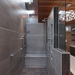 Inspiration för ett mycket stort funkis en-suite badrum, med släta luckor, svarta skåp, ett fristående badkar, en öppen dusch, svart kakel, keramikplattor, grå väggar, betonggolv, ett undermonterad handfat och bänkskiva i kvarts