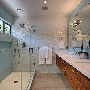 Mittelgroßes Mid-Century Badezimmer mit Unterbauwaschbecken, flächenbündigen Schrankfronten, hellbraunen Holzschränken, Eckdusche und Betonboden in Los Angeles