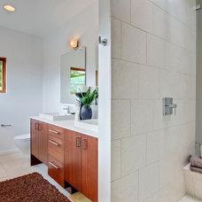 Contemporary Bathroom by Floisand Studio