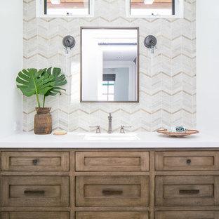 Diseño de cuarto de baño tropical con armarios estilo shaker, puertas de armario de madera oscura, baldosas y/o azulejos beige, baldosas y/o azulejos en mosaico, paredes blancas, lavabo bajoencimera, suelo marrón y encimeras blancas