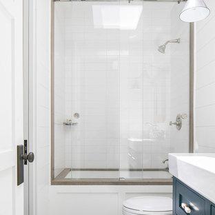 Ispirazione per una stanza da bagno per bambini tropicale di medie dimensioni con ante in stile shaker, ante blu, vasca ad alcova, doccia alcova, piastrelle bianche, piastrelle diamantate, pareti bianche, lavabo integrato, porta doccia scorrevole e top bianco