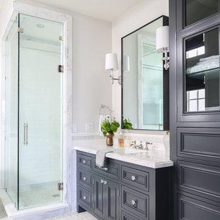 Idéer för vintage vitt badrum, med luckor med infälld panel, svarta skåp, en dusch i en alkov, vita väggar, ett undermonterad handfat och grått golv